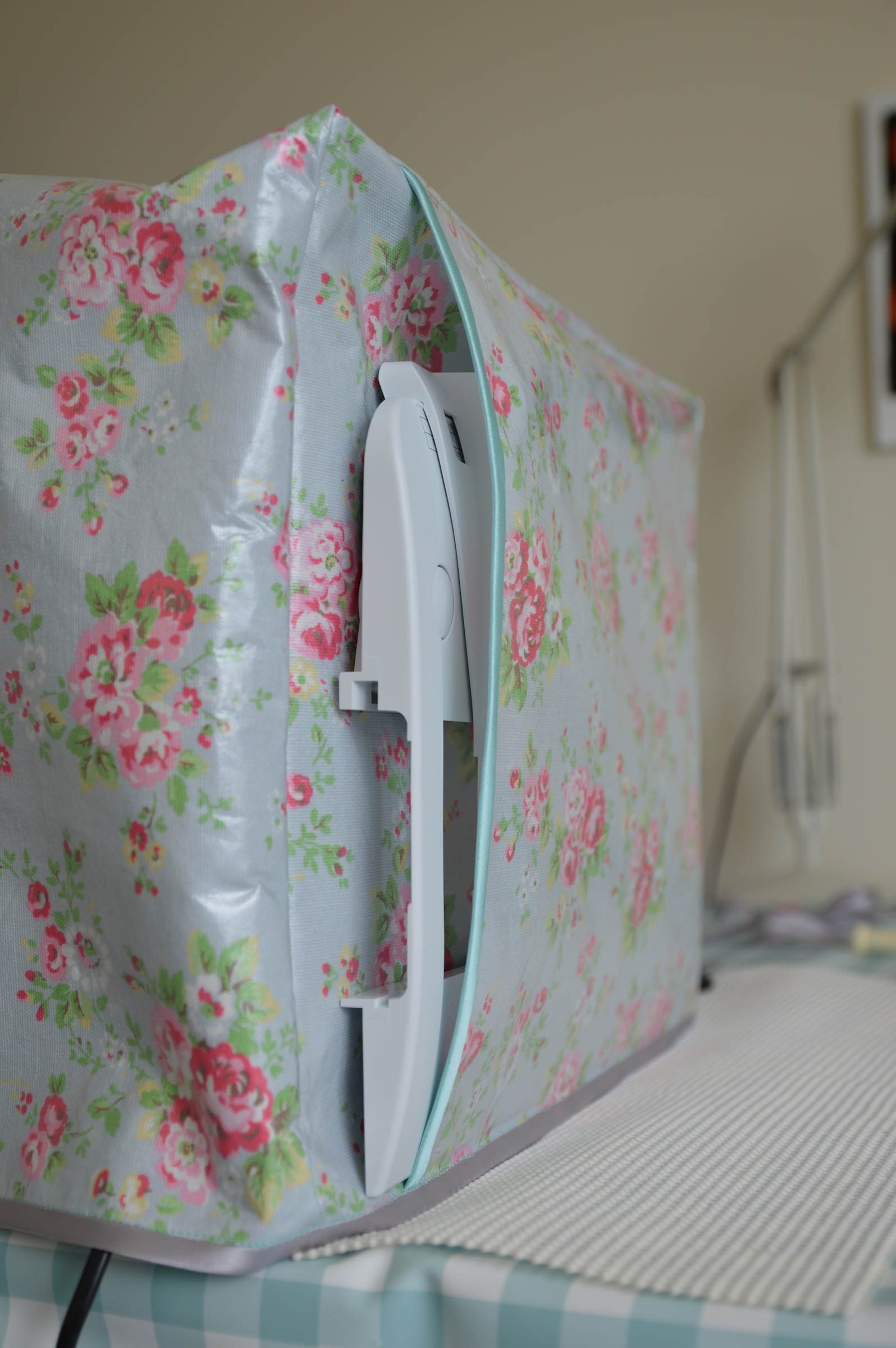 http://sosewlovely.com/2013/07/04/diy-laminate-sewing-machine-cover/